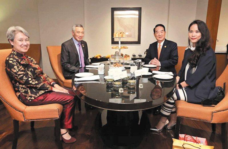 新加坡總理夫人何晶(左一)的臉書談口罩成了熱議話題。圖/李顯龍臉書