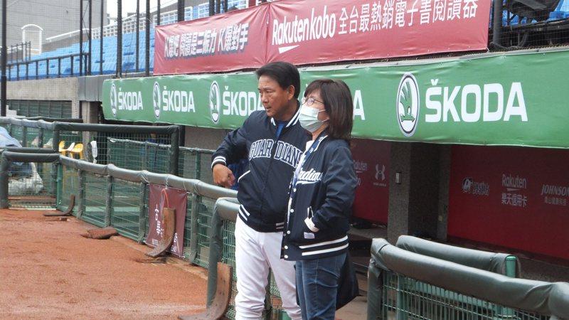 悍將副領隊陳昭如(右)、總教練洪一中在桃園球場討論比賽相關事務。記者藍宗標/攝影
