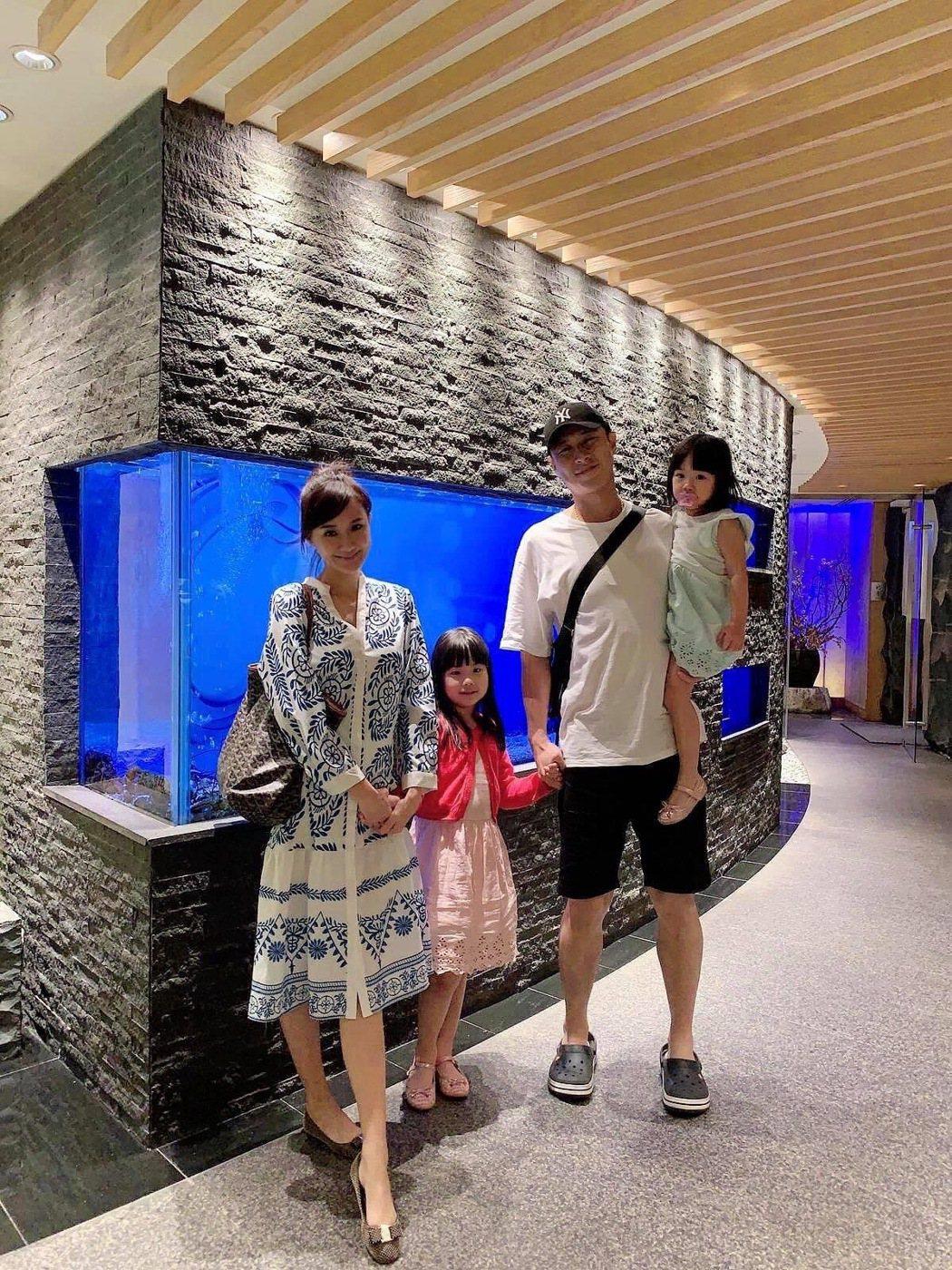 何妤玟(左一)和前夫及兩個女兒過去甜蜜出遊。圖/何妤玟提供