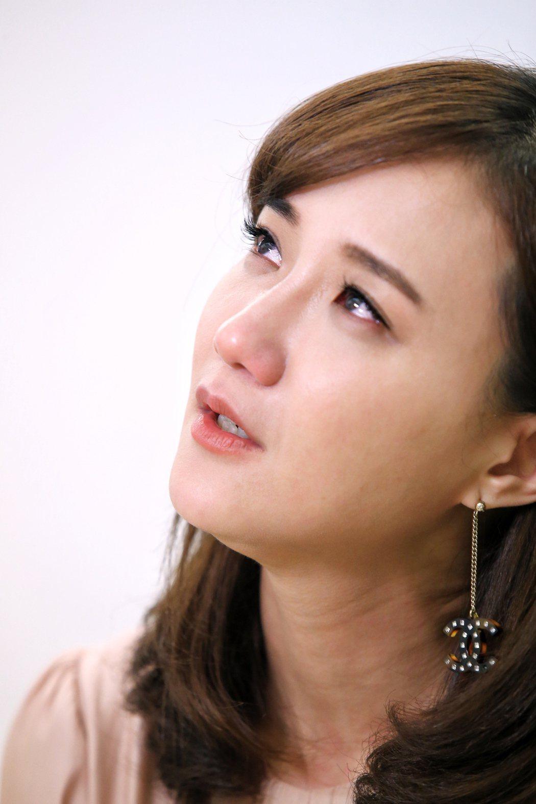 何妤玟聊到父喪、母病危時,哽咽落淚。記者林伯東/攝影