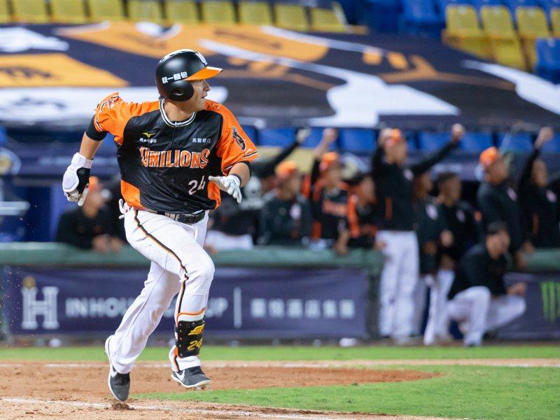 陳傑憲在延長賽11局敲出致勝二壘打。記者季相儒/攝影