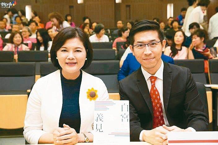 中國東方衛視記者張經義(右)去年曾來雲林縣演講,縣長張麗善力挺他在白宮回答來自台灣的發言。 圖/張麗善提供