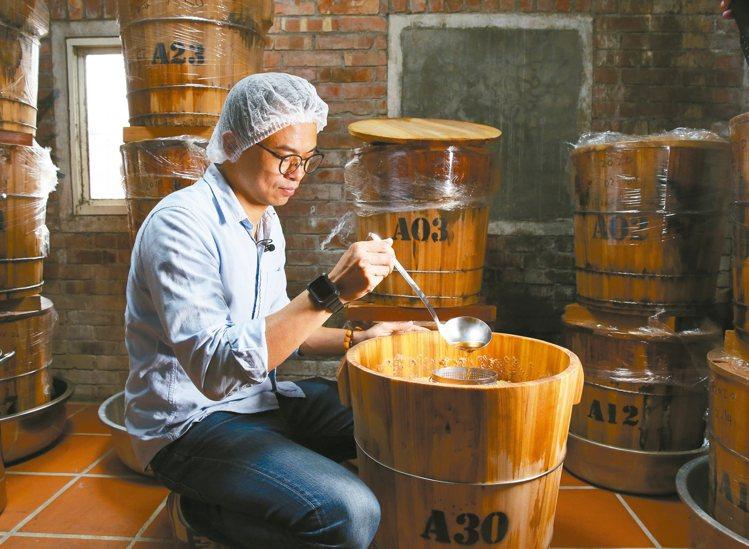 除了常見的豆製品,林峻丞也用台灣小農契作大豆,製作味噌等相關產品。 攝影/林澔一