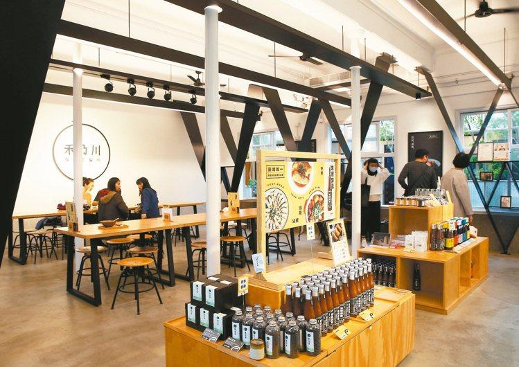 「禾乃川國產豆製所」改造自在地老醫院,風格清新舒適。 攝影/林澔一
