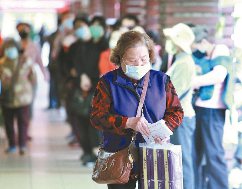 口罩實名制3.0準備上路,但因口罩配額增為十四天九片,各家健保藥局湧現排隊人潮。 圖/聯合報系資料照片