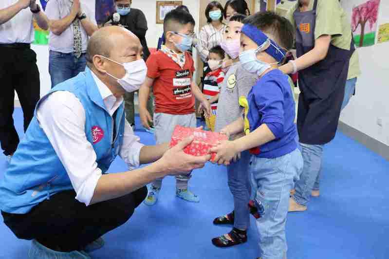 高雄市長韓國瑜在兒童節前夕,前往鳳山區早期療育發展中心,關懷發展遲緩與身心障礙兒童,並送兒童節禮物,此行程也未列入公開行程中。圖/高市府提供