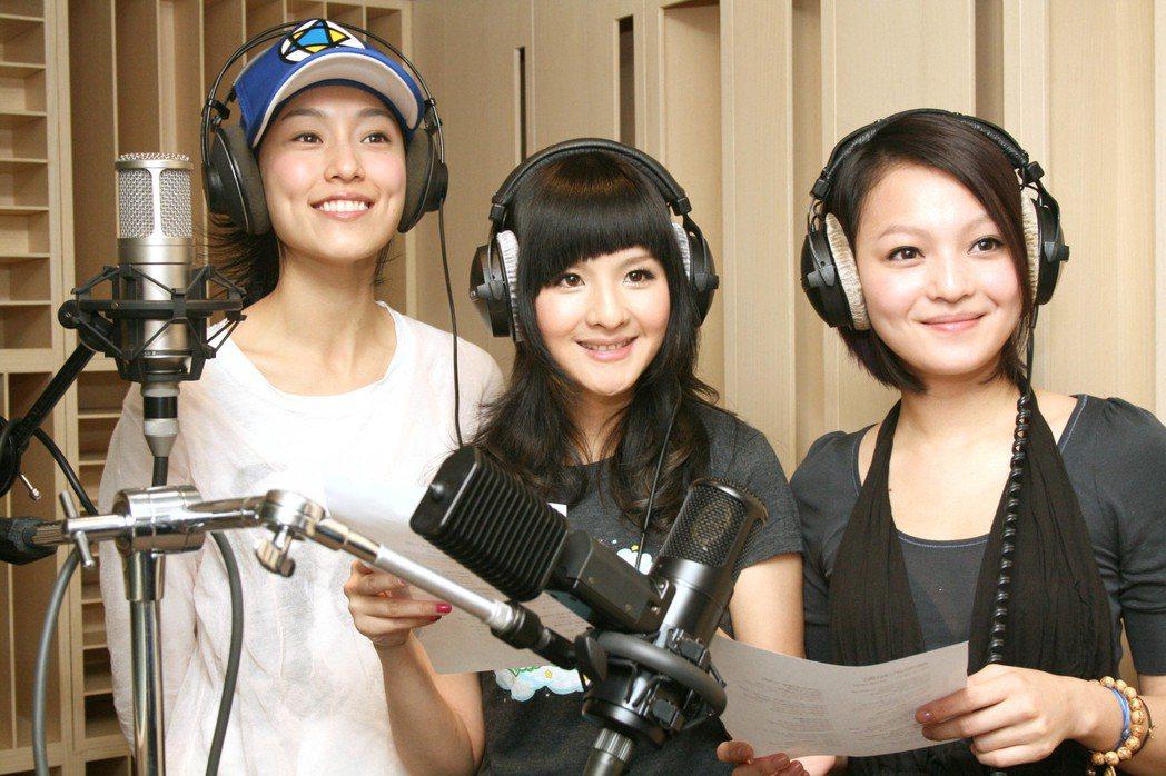 張韶涵(右起)、郭靜、范瑋琪曾為四川震災攜手獻聲合唱。圖/報系資料照(記者周文郁