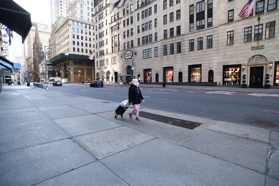 紐約五大道車水馬龍、人車爭道場景不見了。戴口罩婦女佇佇獨行。 許振輝/攝影