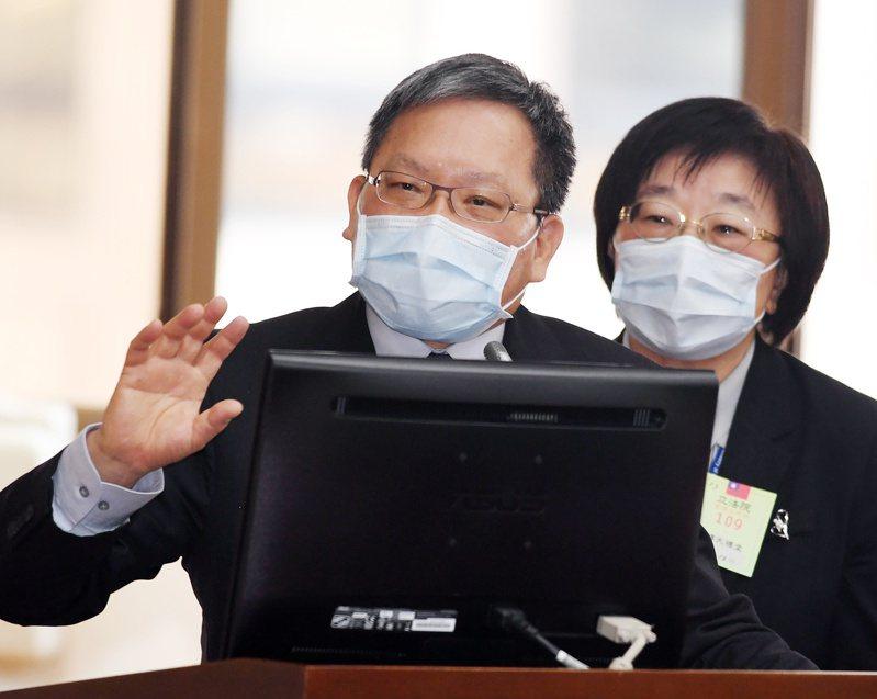 立委建議將受疫情衝擊企業留抵的營業稅進項稅額,先還給業者做運用,財政部長蘇建榮(左)允諾將研議。 中央社
