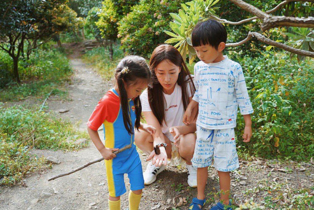 隋棠一家五口在恆春當地遊山玩水。 圖/擷自隋棠臉書