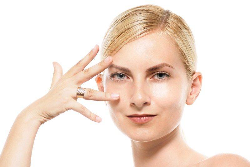 使用眼霜,要注意成分與保濕。 圖/摘自pakutaso