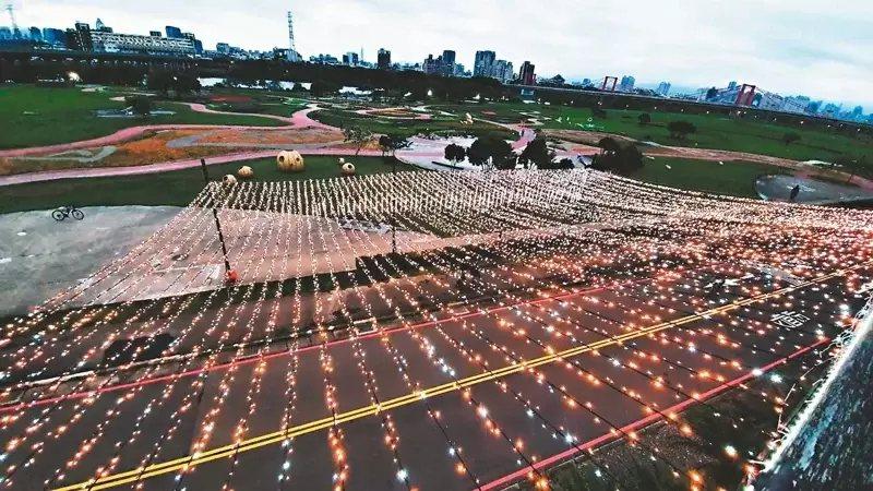 水利局以粉色燈飾點綴蝴蝶公園自行車道,讓民眾在晚上也能欣賞燈海。  圖/新北市水...
