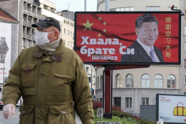 塞爾維亞首都貝爾格勒出現一幅巨型看板,寫著「感謝您習大哥」,彰顯中國對塞爾維亞防...