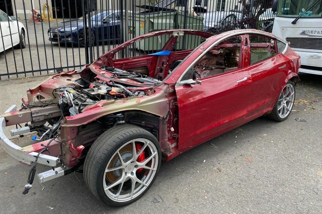歷經嚴重損毀的紅色Model 3,居然還在網路上有超過1萬5千美金價值。 摘自T...