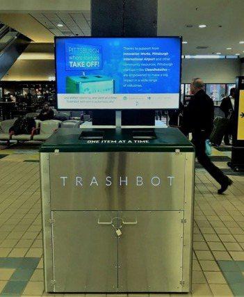 CleanRobotics 的第一款 TrashBot 專門設計給人口流通量大的...