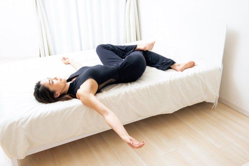 3.將身體換個方向,擺出和剛才相反的姿勢,靜止不動30秒。合計1分鐘,如有不適請...