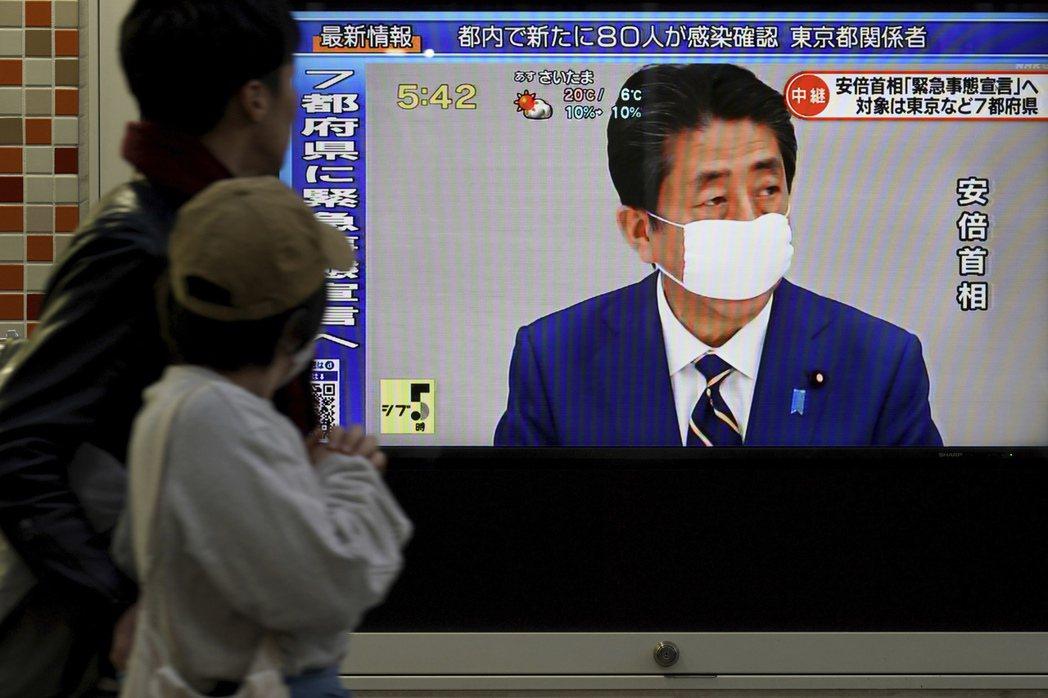 疫情突然來襲,日本的口罩供應不足,政府暫時以發放布口罩替代。 圖/美聯社