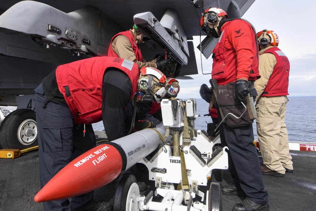 航艦上人員眾多且常需要各單位合力作業,在防疫上有一定難度。 圖/美國海軍