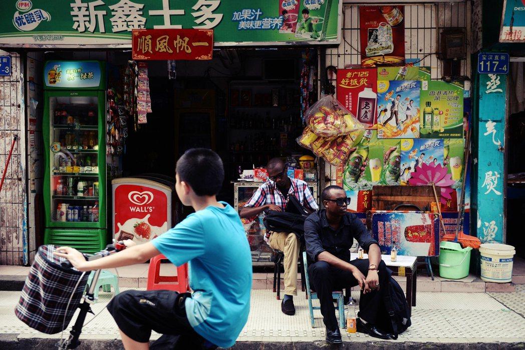 圖為在廣州商店門口的非裔商人。 圖/法新社