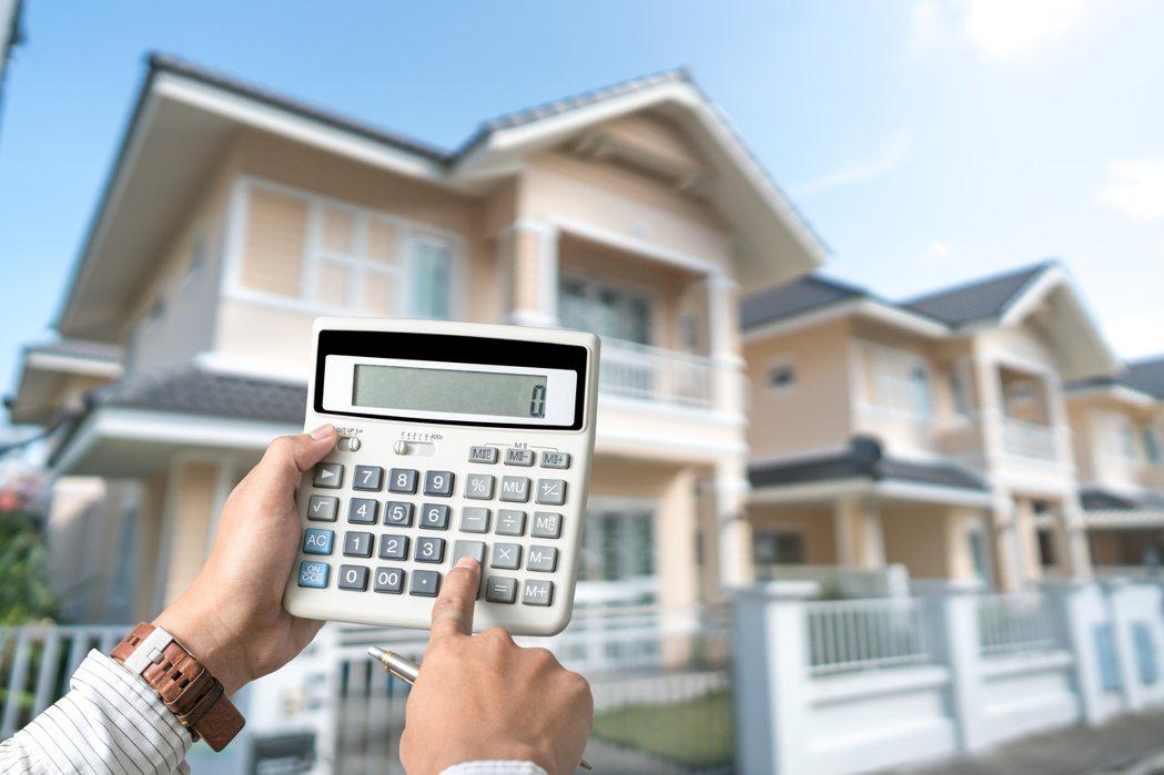 一名女網友PO文提到,目前她挑中了3間房子,但她不確定到底該如何選擇,才能符合長...