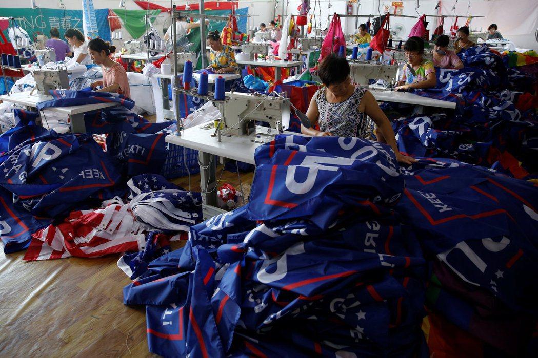 納瓦羅長期警告,美國製造業大量遷往中國,過度依賴中國市場,後遺症將相當嚴重。圖為阜陽一處工廠正在製作川普2020大選的競選旗幟。 圖/路透社