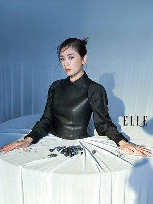 黑色襯衫、黑色皮革背心(BOTH BY DIOR)。