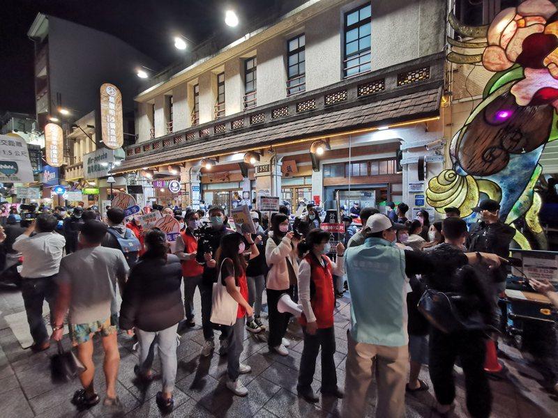 嘉義市排隊名店林聰明沙鍋魚頭,門口經常排滿等待用餐民眾。記者卜敏正/攝影