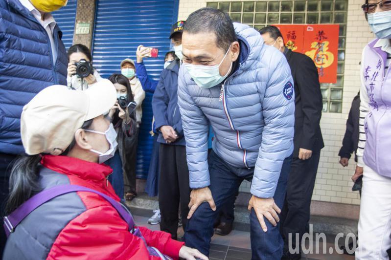 有民眾帶著板凳排隊買口罩,新北市長侯友宜向前致意。記者王敏旭/攝影