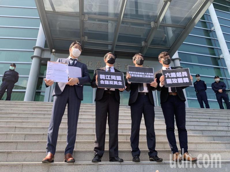 律師高榮志、wecare發起人尹立、法定領銜人陳冠榮醫師、基進新聞輿情部副主任張博洋(左起)。記者賴佩璇/攝影