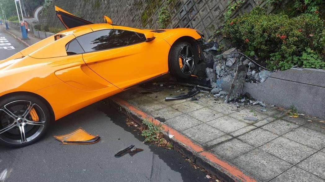 McLaren自撞。記者蕭雅娟/翻攝