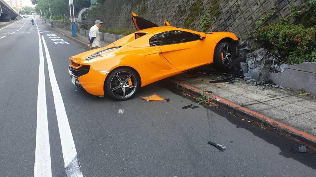 北市中山北路四段發生一起McLaren自撞車禍。記者蕭雅娟/翻攝