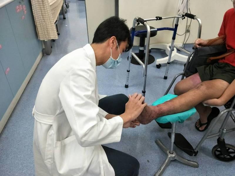童醫院整形外科蔡穎瀚醫師檢視許姓患者腳部的復原狀況。圖/童醫院提供