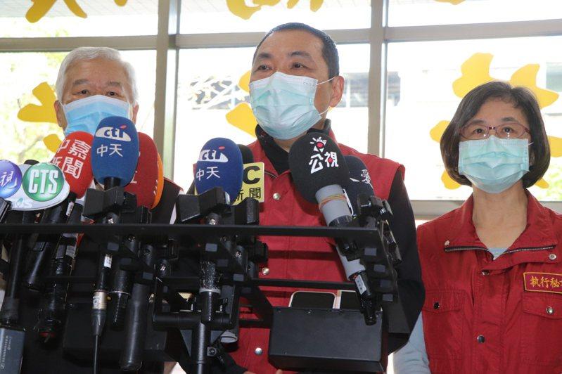 新北市長侯友宜今上午訪視頤安老人日間照顧中心防疫情形。記者吳亮賢 / 攝影