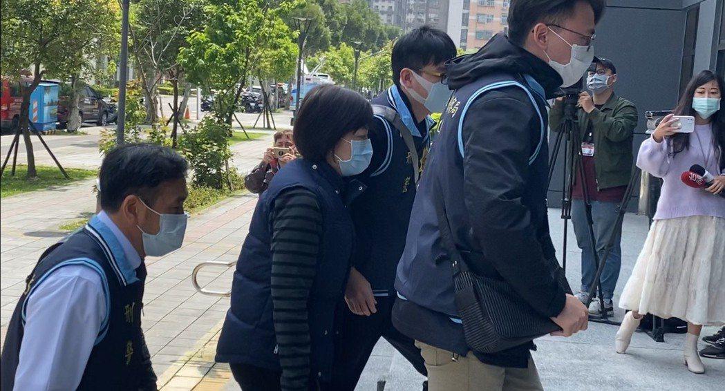 威脅白冰冰「死在水裡」的雷姓婦人已被警方帶回。記者林昭彰/翻攝