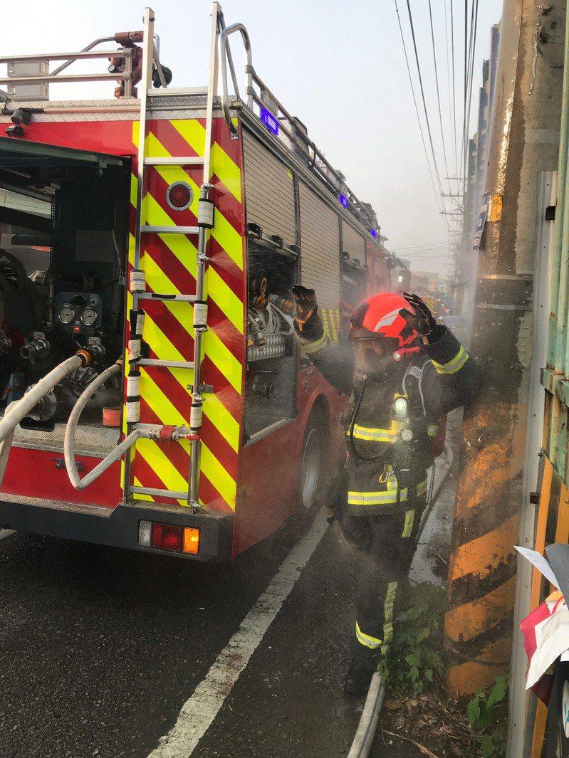 消防隊員出入火場,不可或缺的就是防火的消防衣,但消防衣在使用後,會沾染具危害的碳粒子、化學殘留物及致癌物質,必須馬上清洗。圖/中港消防分隊提供