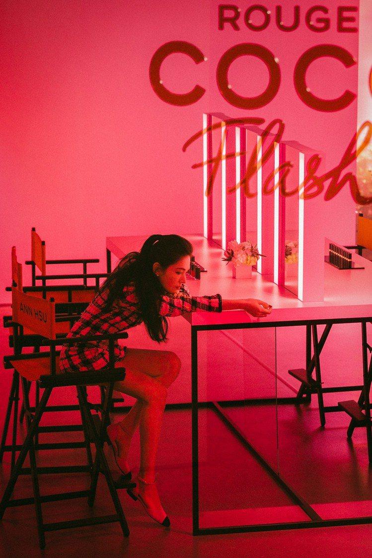 彩妝形象大使許瑋甯搶先體驗全新12色COCO晶亮水唇膏。圖/香奈兒提供