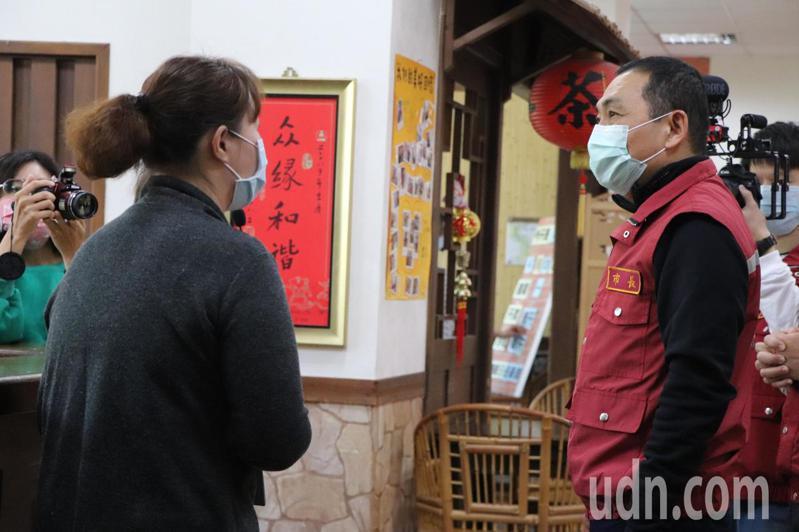 新北市長侯友宜今上午訪視老人日間照顧中心防疫情形。記者吳亮賢 / 攝影