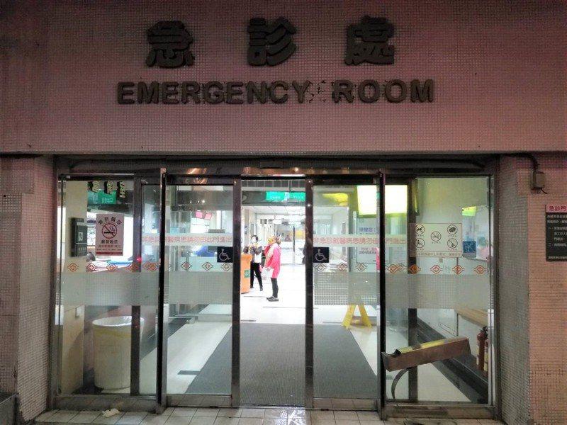 基隆市1名少女懷孕,今早在家中產下男嬰,消防局派救護車將母子送醫。記者邱瑞杰/攝影