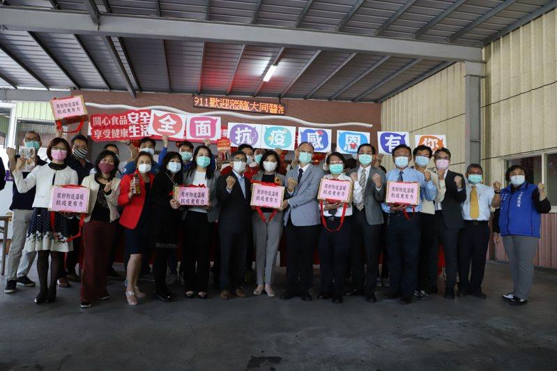 雲林縣斗六工業區食品產業聯盟,今天捐贈320份「食在好嘴斗禮盒」給縣內6家醫療院所。記者李京昇/攝影