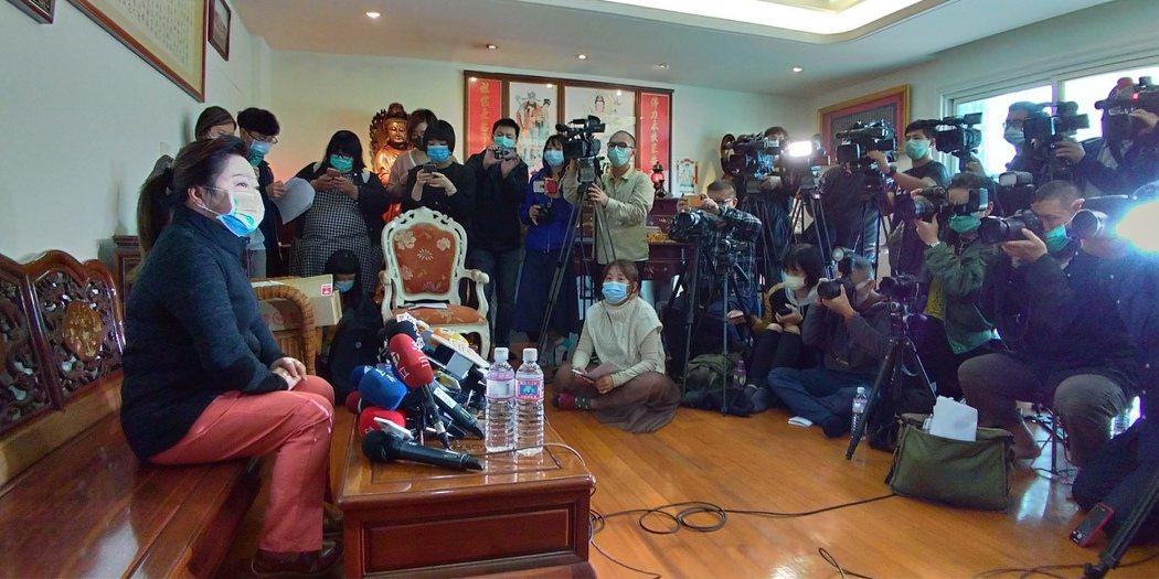 白冰冰(左)含淚向媒體說明不再姑息。記者林昭彰/攝影