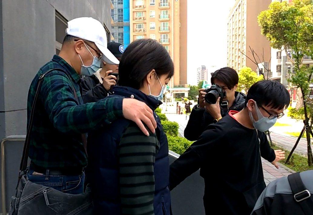 雷姓婦人(左二)接受警方調查後,由丈夫和兒女陪同,不發一語離去。記者林昭彰/攝影