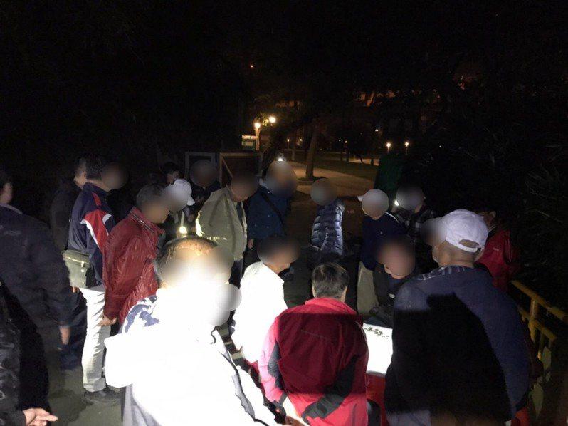 警方在舊兒童樂園管制區破獲聚賭象棋士九。記者蕭雅娟/翻攝