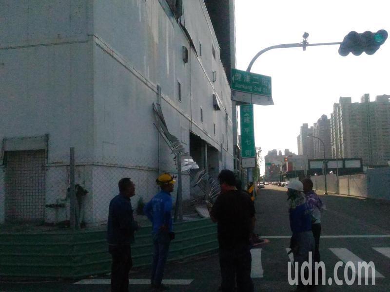 台南市安平區健康二街一工地鐵片疑風勢太大,掉落砸傷兩女,工地工人忙著加強圍籬。記者黃宣翰/攝影