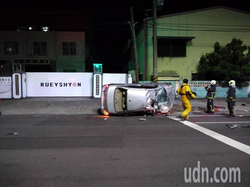 高雄市今天凌晨有兩派人馬因債務糾紛衍生追車風波,其中一輛白色轎車翻覆共4人受傷送醫。記者徐白櫻/翻攝