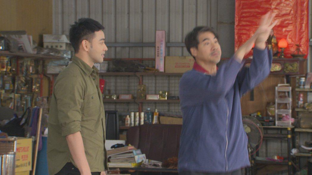 翁家明(右)跳起洗手舞。圖/民視提供