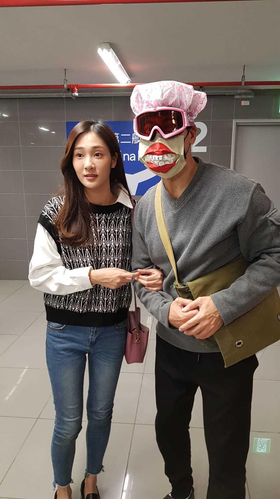 翁家明(右)戲中搞笑穿防疫裝。圖/民視提供