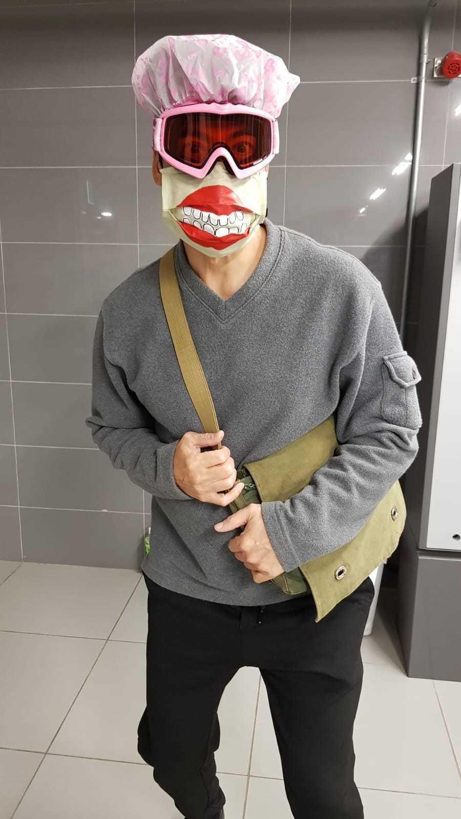 翁家明戲中搞笑穿防疫裝。圖/民視提供