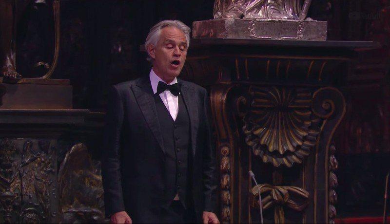 「上帝美聲」波伽利在米蘭大教堂舉辦沒有觀眾的直播音樂會。圖/摘取自Youtube