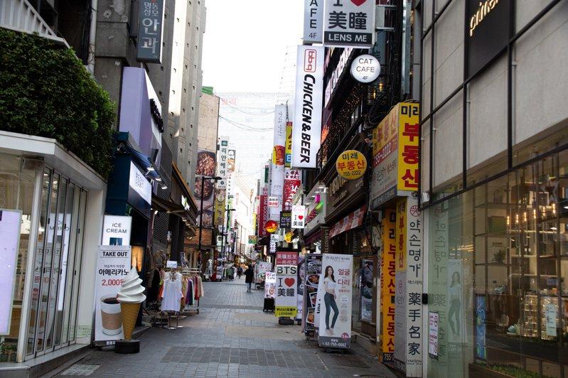 在新冠肺炎疫情威脅下,空無一人的首爾明洞街道。歐新社