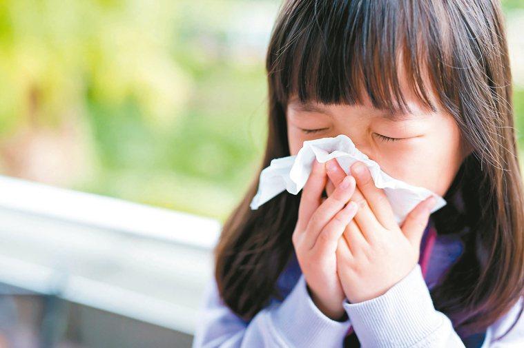 過敏性鼻炎常見症狀為鼻塞、打噴嚏、流鼻水、眼睛不適。 圖╱123RF